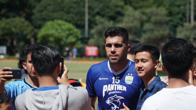 Bek Persib Bandung Fabiano Beltrame mulai menakar kekuatan lawan di Liga 1. (Huyogo Simbolon)