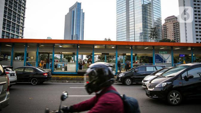 Kendaraan melintasi halte TransJakarta di Kawasan Sudirman, Jakarta, Senin (8/6/2020). Aktivitas perkantoran di Ibu Kota kembali beroperasi pada Senin (8/6) seiring penerapan Pembatasan Sosial Berskala Besar (PSBB) transisi. (Liputan6.com/Faizal Fanani)