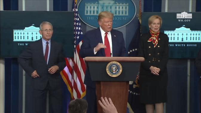 Presiden AS Donald Trump bersama Dr. Anthony Fauci dan Dr. Deborah Birx yang menjadi penasihat Gedung Putih melawan Virus Corona (COVID-19). Dok: Gedung Putih
