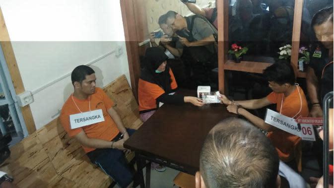 JP dan ZH dalam rekonstruksi pembunuhan Hakim PN Medan. (Liputan6.com/Reza Efendi)