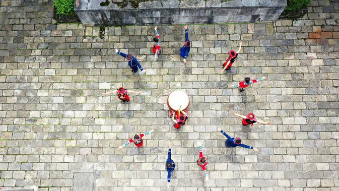 Foto dari udara penduduk desa menampilkan tarian tradisional dalam Festival Perahu Naga di kota kuno Gongtan di Prefektur Otonom Etnis Tujia dan Miao Youyang, Chongqing, China, 25 Juni 2020. Tahun ini, Festival Perahu Naga yang juga disebut Festival Duanwu jatuh pada 25 Juni. (Xinhua/Huang Xiaohai)