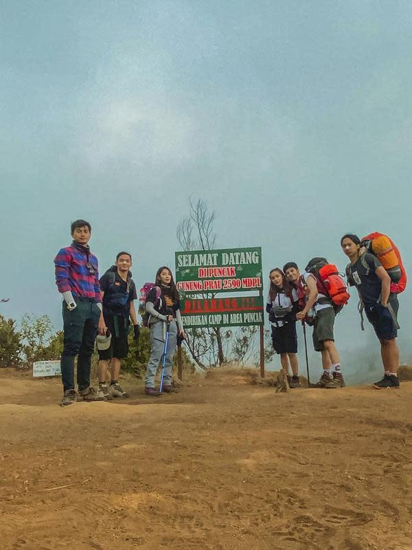 Baru-baru ini Dinda Kirana pun mendaki Gunung Prau yang ada di Wonosobo, Jawa Tengah. Ia pun naik gunung tersebut bersama dengan kelima temannya. Semuanya pun bisa mencapai puncak Gunung Prau setinggi 2.590 MDPL. (Liputan6.com/IG/@dindakirana.s)