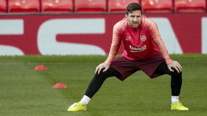Striker Barcelona, Lionel Messi, melakukan pemanasan saat sesi latihan jelang laga Liga Champions di Manchester, Selasa (9/4). Manchester United akan berhadapan dengan Barcelona. (AP/Ian Hodgson)