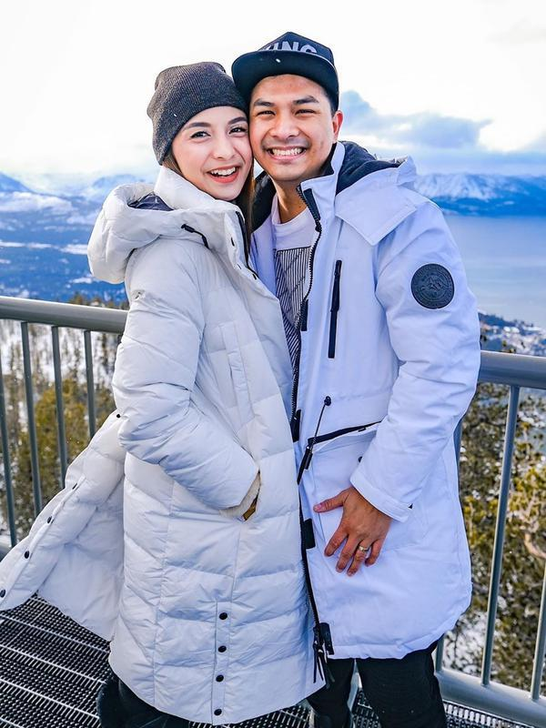 Sudah empat tahun menikah, keduanya selalu tampil romantis. Bahkan keduanya tampil kompak dengan busana senada. Meski cuaca sedang dingin, pasangan ini memancarkan kehangatan. (Liputan6.com/IG/@chelseaoliviaa)
