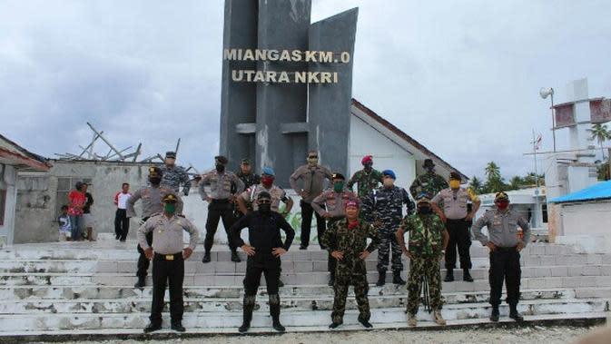 Arungi Laut Lepas, 2 Jenderal Bagikan Sembako di Perbatasan RI - Filipina