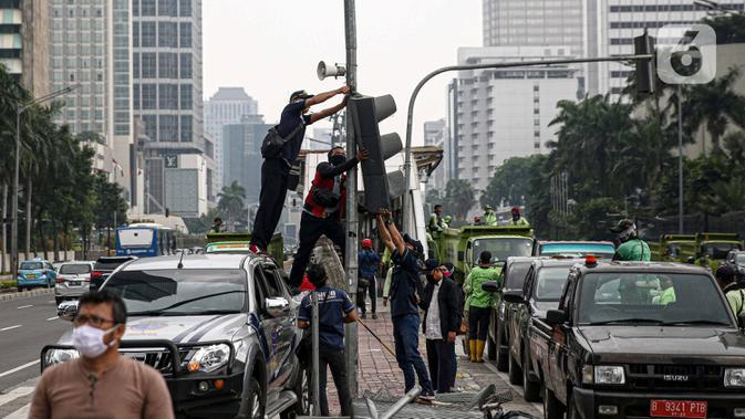 Salah satu fasilitas umum yang dirusak massa aksi di Kawasan Sudirman, Jakarta, Jumat (9/10/2020). Gubernur DKI Jakarta, Anies Baswedan mengatakan, kerugian akibat kericuhan massa saat demo menolak Undang-undang Cipta Kerja di ibu kota diprediksi mencapai Rp 25 miliar. (Liputan6.com/Faizal Fanani)