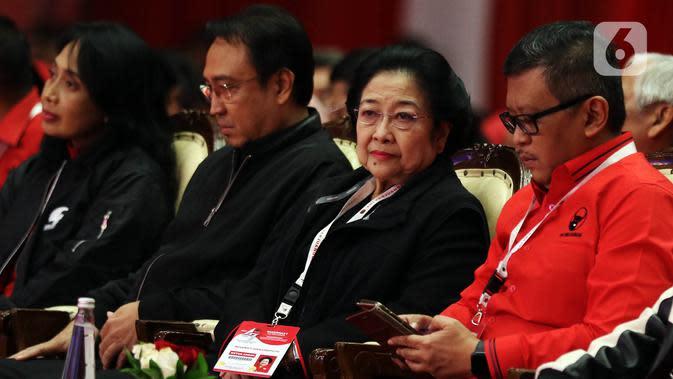 Ketua Umum PDI Perjuangan Megawati Soekarnoputri (kedua kanan) saat menghadiri penutupan Rakernas I PDIP di Jakarta, Minggu (12/1/2020). Rakernas menghasilkan rekomendasi pembumian ideologi Pancasila, menjaga NKRI dan kebinekaan, kedaulatan wilayah serta ekonomi. (Liputan6.com/Johan Tallo)