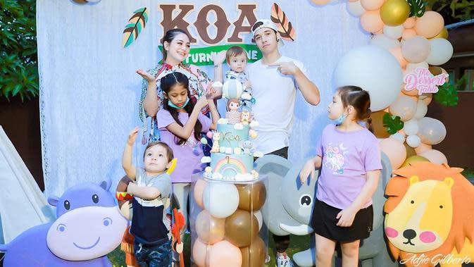 Potret bahagia keluarga Celine dan Stefan saat perayaan ultah Koa yang lahir pada 29 September 2019 silam. (Instagram/celine_evangelista)