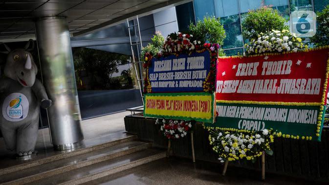 Karangan bunga ucapan terima kasih hingga dukungan di Kementerian BUMN, Kamis (16/1/2020). Kantor Menteri BUMN Erick Thohir kembali mendapat kiriman bunga berupa dukungan untuk menyelesaikan masalah PT Asuransi Jiwasraya (Persero). (Liputan6.com/Faizal Fanani)
