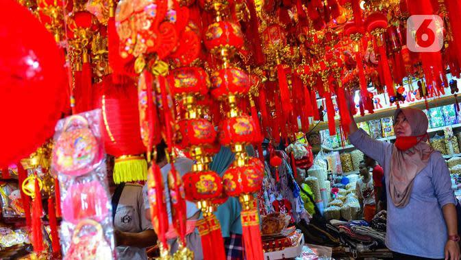Seorang perempuan melihat pernak-pernik Imlek yang dijual di kawasan Glodok, Jakarta, Senin (13/1/2020). Menyambut tahun baru Imlek pada 25 Januari mendatang, penjualan pernak-pernik imlek dijual dengan harga Rp 5ribu hingga jutaan rupiah per buah tergantung jenis. (merdeka.com/Arie Basuki)