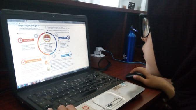 Calon pendaftar mencoba mengakses situs Sistem Seleksi CPNS 2018 (Liputan6.com/Zainul Arifin)