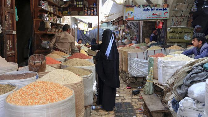 Warga berbelanja menjelang bulan suci Ramadan di pasar kota tua Sanaa, Yaman, Sabtu (18/4/2020). Di tengah pandemi virus corona COVID-19, umat muslim di Yaman dilarang untuk menggelar buka puasa bersama hingga salat berjemaah di masjid. (Mohammed HUWAIS/AFP)