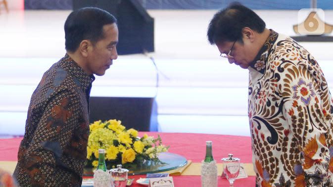 Presiden Joko Widodo atau Jokowi menyapa Menteri Koordinator Bidang Perekonomian Airlangga Hartarto (kanan) saat menghadiri Indonesia Banking Expo (IBEX) 2019 di Jakarta, Rabu (26/11/2019). (Liputan6.com/Angga Yuniar)