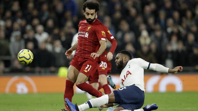 Bek Tottenham Hotspsur, Danny Rose berusaha merebut bola yang dibawa penyerang Liverpool, Mohamed Salah pada pertandingan lanjutan Liga Inggris di Stadion Tottenham Hotspur di London, Inggris, Sabtu (11/1/2020). Liverpool menang 1-0 atas Tottenham. (AP Photo/Matt Dunham)