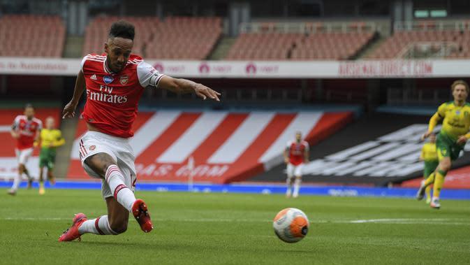Pemain Arsenal Pierre-Emerick Aubameyang mencetak gol ke gawang Norwich City pada pertandingan Premier League di Emirates Stadium, London, Inggris, Rabu (1/7/2020). Arsenal menang 4-0 lewat gol Aubameyang ('33, 67), Granit Xhaka ('37), dan Cedric Soares ('81). (Shaun Botterill/Pool via AP)