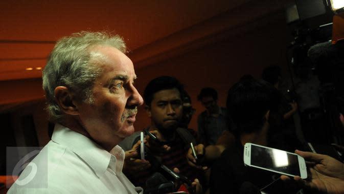 Alfred Riedl memberikan keterangan usai bertemu pimpinan PSSI di kawasan Stadion GBK Jakarta, Jumat (10/6/2016). PSSI resmi menunjuk Alfred Riedl sebagai pelatih Timnas Indonesia di Piala AFF 2016. (Liputan6.com/Helmi Fithriansyah)