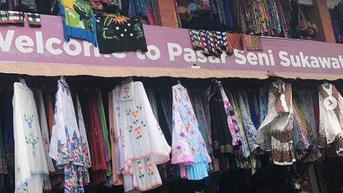 Pasar Seni Sukawati yang banyak menjajakan kain bermotif Bali. (dok. Instagram @novidermawan/https://www.instagram.com/p/BrJ9FkBgjoW/Esther Novita Inochi)