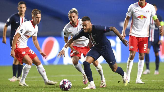 Striker Paris Saint-Germain (PSG), Neymar, berusaha melewati pemain RB Leipzig pada laga semifinal Liga Champions di Stadion The Luz, Rabu (19/8/2020). PSG menang dengan skor 3-0. (David Ramos/Pool via AP)