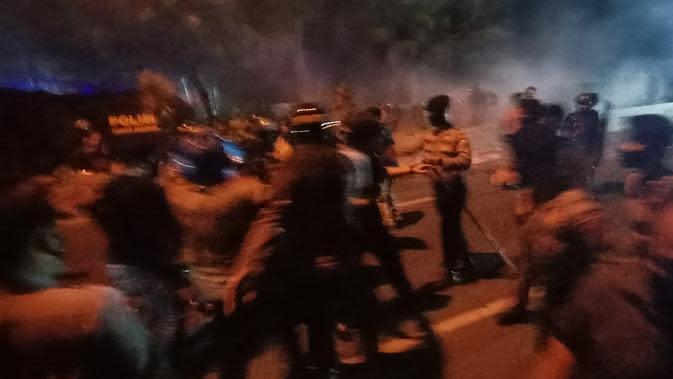 Demonstrasi menolak Omnibus Lawa atau UU Cipta Kerja ricuh di Banten. (Foto: Liputan6.com/Yandhi Deslatama)