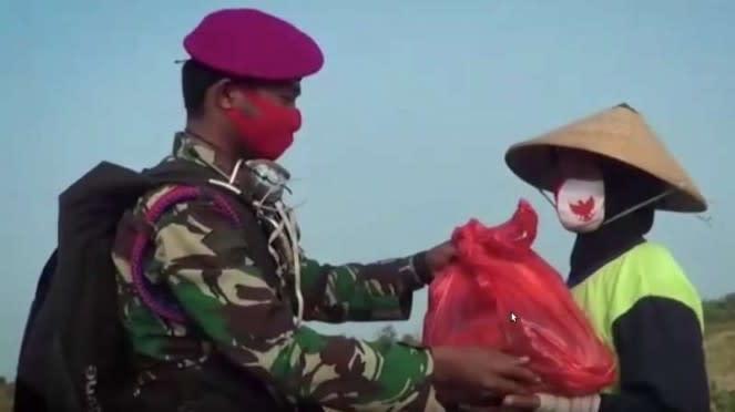 VIVA Militer : Prajurit Marinir bagikan paket sembako setelah terjun payung