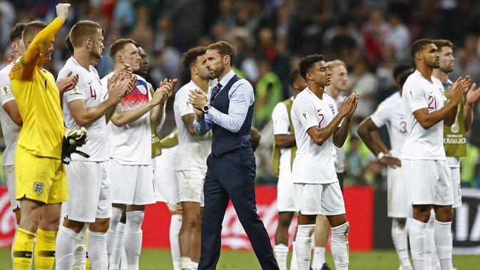 Gareth Southgate dan timnas Inggris memberikan penghormatan kepada suporter. (AP/Matthias Schrader)