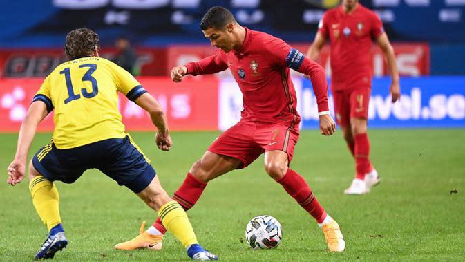Gelandang timnas Swedia, Gustav Svensson berebut bola dengan penyerang timnas Portugal, Cristiano Ronaldo pada laga UEFA Nations League A Group 3 di Friends Arena, Stockholm, Selasa (8/9/2020). Portugal kalahkan Swedia 2-0 lewat sepasang gol yang dicetak Cristiano Ronaldo. (Jonathan NACKSTRAND/AFP)