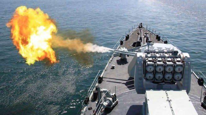 VIVA Militer: Kapal perang Angkatan Laut China menembakkan meriam