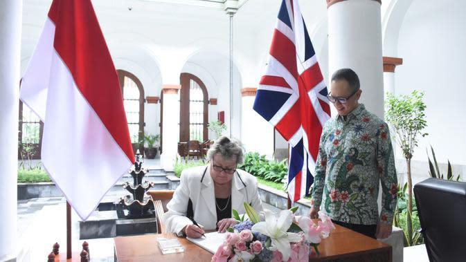 Menteri Asia Pasifik Inggris menandatangani perjanjian kerja sama dan disaksikan oleh Wakil Menteri Luar Negeri Mahendra Siregar. (Foto: Kemlu RI)