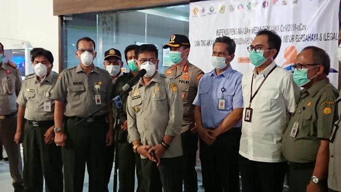 Gunakan masker N95, Menteri Pertanian Syahrul Yasin Limpo, inspeksi pengawasan tindakan karantina lalu lintas hewan dan produk hewan di Bandara Soekarno Hatta. (Pramita/Liputan6.com)