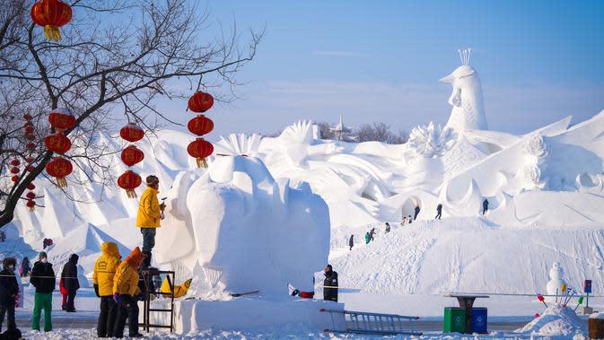 Kontestan mengerjakan pahatan salju dalam kompetisi pahatan salju Harbin ke-25 di taman Pameran Seni Pahatan Salju Internasional Pulau Matahari di Harbin, Provinsi Heilongjiang, China, 12 Januari 2020. Kontestan dari 10 negara dan kawasan berpartisipasi dalam kompetisi tersebut. (Xinhua/Wang Song)