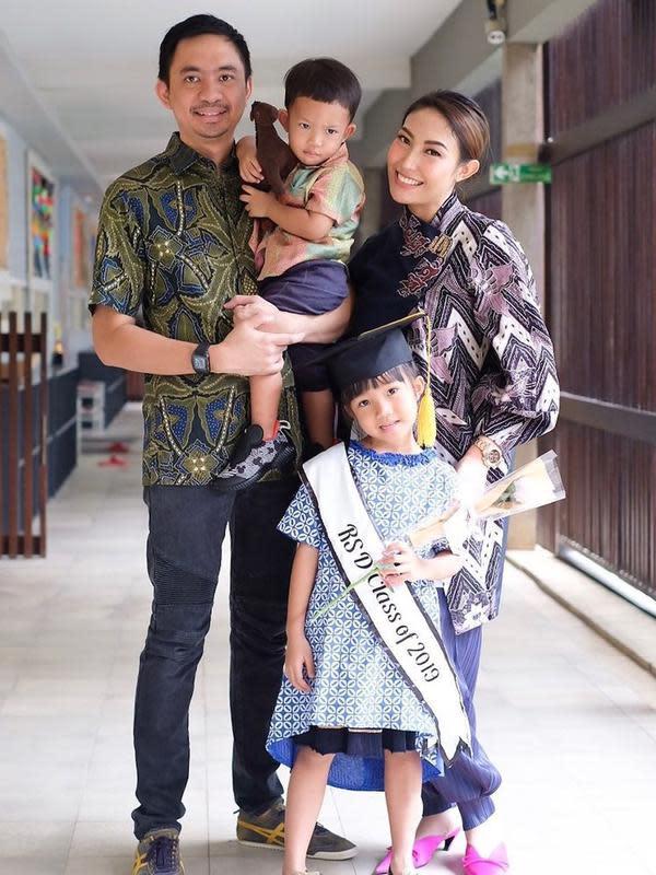 Ayu Dewi dan keluarga saat menghadiri wisuda anaknya. (Instagram @mrsayudewi)