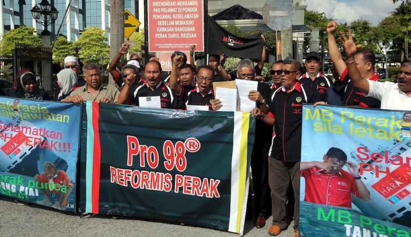 Pertubuhan Rangkaian Organisasi (PRO) 98 Reformis Perak calls for Mentri Besar Datuk Seri Ahmad Faizal Azumu's resignation in Ipoh November 20, 2019. — Picture by Farhan Najib