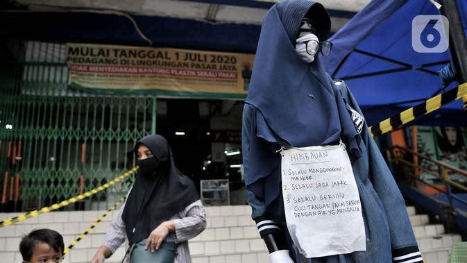 Kertas imbauan ditempel pada manekin di depan pasar tradisional di Jakarta, Senin (15/6/2020). PD Pasar Jaya mulai hari ini memberlakukan penerapan ganjil genap di pasar tradisional mengikuti kebijakan Pemprov DKI untuk mengurangi potensi penyebaran Covid-19. (merdeka.com/Iqbal S. Nugroho)