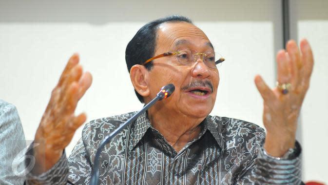 Komisaris Utama Pertamina, Tanri Abeng memberikan keterangan pers terkait perombakan jajaran direksi Pertamina di Jakarta, Jumat (3/2). (Liputan6.com/Angga Yuniar)