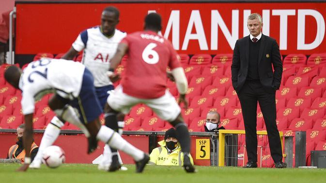 Manajer Manchester United Ole Gunnar Solskjaer (kanan) menonton anak asuhnya menghadapi Tottenham Hotspur pada pertandingan Liga Premier Inggris di Old Trafford, Manchester, Inggris, Minggu (4/10/2020). Tottenham Hotspur mengalahkan Manchester United 6-1. (Oli Scarff/Pool via AP)