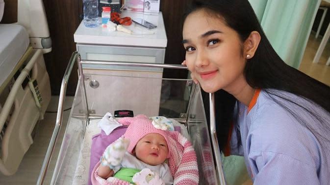 Faby Marcelia melahirkan anak kedua, wajah putri cantiknya akhirnya terekspos. (Sumber: Instagram/@fabymarcelia)