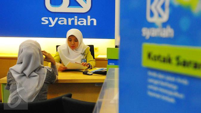 Petugas melayani nasabah di BRI Syariah, Jakarta, Kamis (9/2). Perbankan syariah dinilai perlu menjaga momentum pertumbuhan dan pangsa pasar yang berlangsung sepanjang 2017. (Liputan6.com/Angga Yuniar)