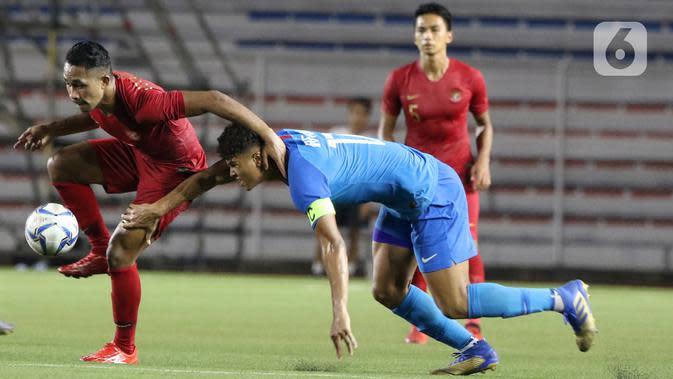 Bek Timnas Indonesia U-22, Dodi Alekvan Djin, mengontrol bola saat melawan Timnas Singapura U-22 dalam pertandingan Grup B SEA Games 2019 di Stadion Rizal Memorial, Manila, Kamis (28/11/2019). Indonesia menang dengan skor 2-0 atas Singapura. (Bola.com/M Iqbal Ichsan)
