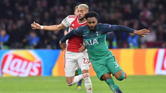 Duel antara Hakim Ziyech dan Danny Rose pada leg kedua semifinal Liga Champions yang berlangsung di Stadion Amsterdam Arena, Amsterdam, Kamis (9/5). Spurs menang 3-2 atas Ajax. (AFP/Emmnauel Dunand)