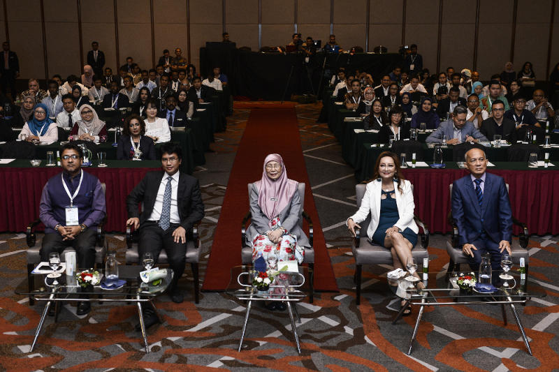 (From left) UN representative Niloy Banerjee, Tunku Zain Al-'Abidin Tuanku Muhriz, Datuk Seri Dr Wan Azizah Wan Ismail, WOWComm 2019 organising chairman Anne Edwards and Bernama chairman Datuk Seri Azman Ujang at the event. — Picture by Miera Zulyana