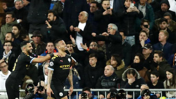 Striker Manchester City, Gabriel Jesus, melakukan selebrasi usai membobol gawang Real Madrid pada laga liga Champions di Stadion Santiago Bernabeu, Rabu(26/2/2020). Manchester City menang dengan skor 2-1. (AP/Bernat Armangue)