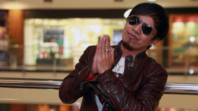 Wuih, Kacamata Branded Ian Kasela Dilelang Laku Rp200 Juta