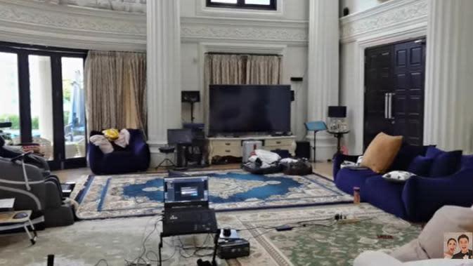 Di lantai bawah, Anang menunjukkan salah satu ruangan untuk bermain game. Anang mengaku, semua akan ditinggal kecuali peralatan di studionya. (Youtube/Baim Paula)