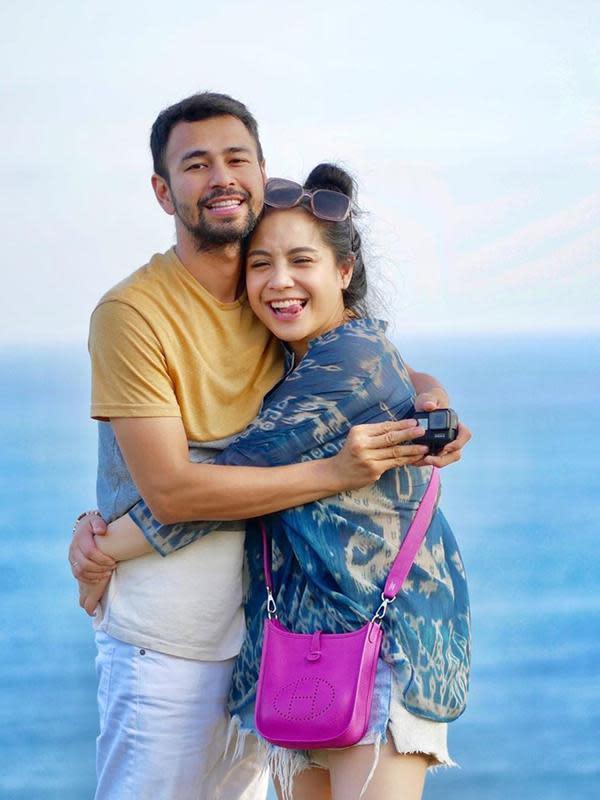 Potret Raffi dan Nagita ini menjukkan kalau dunia hanya milik mereka saja. Bahkan dalam potret ini, Rafathar tidak diajak untuk berfoto ya. (Liputan6.com/raffinagita1717)