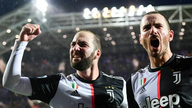 Pemain Juventus, Gonzalo Higuain dan Leonardo Bonucci. (AFP/Miguel Medina)