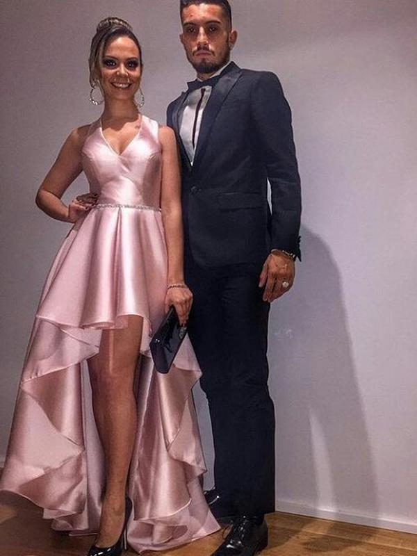 Bek anyar Manchester United (MU) Alex Telles dan istrinya Priscilla Minuzzo. (foto: Instagram @alexpriscila13)