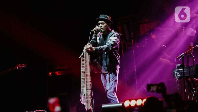 Aksi panggung Glenn Fredly dalam festival musik Love Fest di Istora Senayan, Jakarta, pada 22 Februari 2020. Salah satu penyanyi kebanggaan Indonesia, Glenn Fredly meninggal dunia, Rabu (8/4/2020) malam dalam usia 44 tahun di sebuah rumah sakit di Jakarta Selatan. (Liputan6.com/Faizal Fanani)