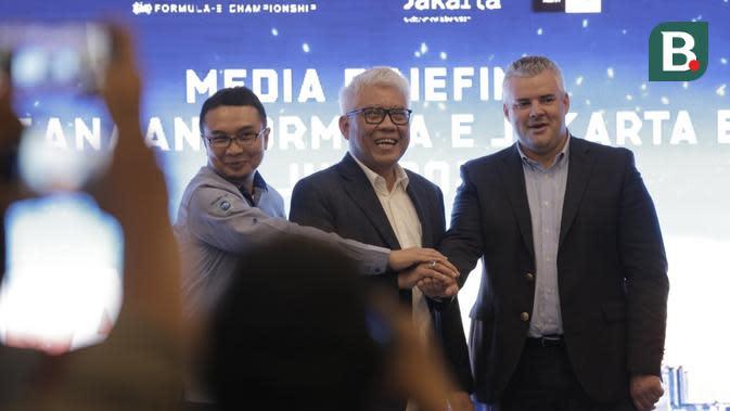 Sadikin Aksa selaku Ketua Umum IMI pada acara media briefing Formula E di Jakarta, Jumat (14/2/2020). (Diatama Ibduansa/Bola.com)
