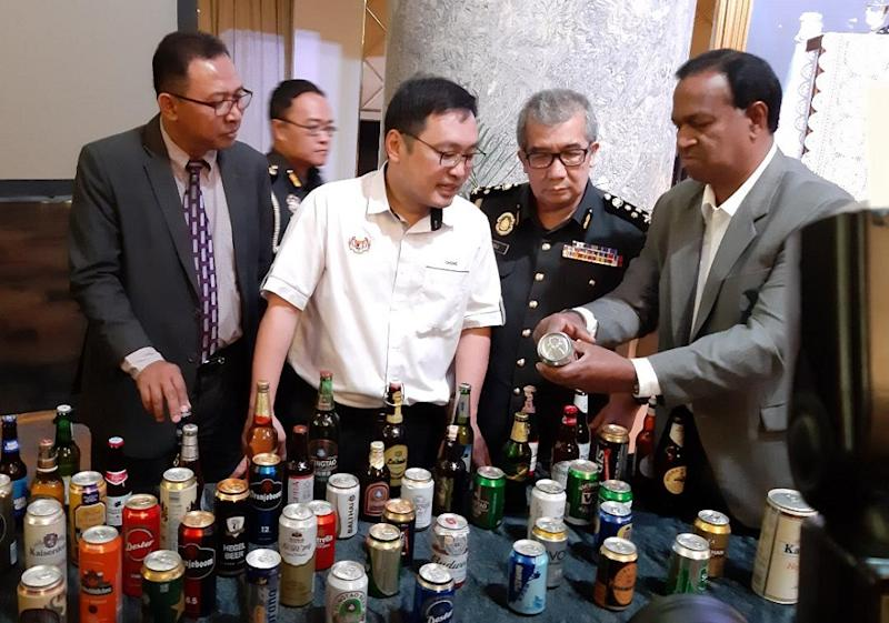 Head of corporate affairs of Heineken Malaysia Berhad Shagivranam G. Ratnam (right) and Domestic Trade and Consumer Affairs Deputy Minister Chong Chieng Jen (centre) during a press conference in Kuching March 23, 2019. — Picture by Sulok Tawie