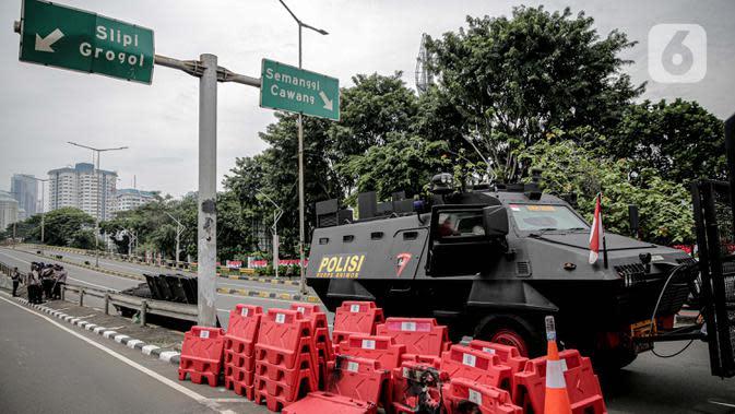 Kendaraan taktis lapis baja Barracuda disiagakan untuk menjaga keamanan di sekitar Gedung DPR/MPR RI, Jakarta, Jumat (14/8/2020). Pengamanan ekstra itu untuk mengantisipasi rencana unjuk rasa menolak RUU Cipta Kerja yang bertepatan dengan Sidang Tahunan di Gedung DPR. (Liputan6.com/Faizal Fanani)